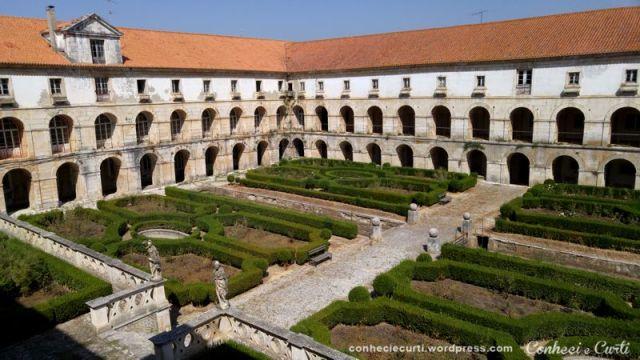 O pátio interno do claustro do Mosteiro de Alcobaça, Portugal.