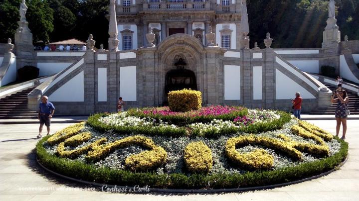 O canteiro de flores e ao fundo a fonte O Pelicano. em Santuário Bom Jesus do Monte. Braga