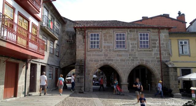 Edifício dos Arcos, visto pela Praça São Tiago, em Guimarães - Portugal.