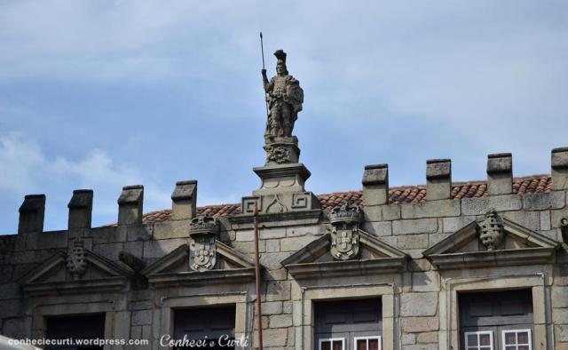 Edifício do antigo Paço do Conselho, visto pelo Largo da Oliveira, em Guimarães, Portugal.
