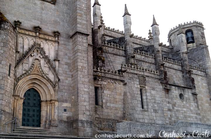 O pórtico principal e a torre sineira da Sé de Guarda.