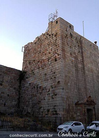 A antiga muralha e a torre. Guarda, Portugal.