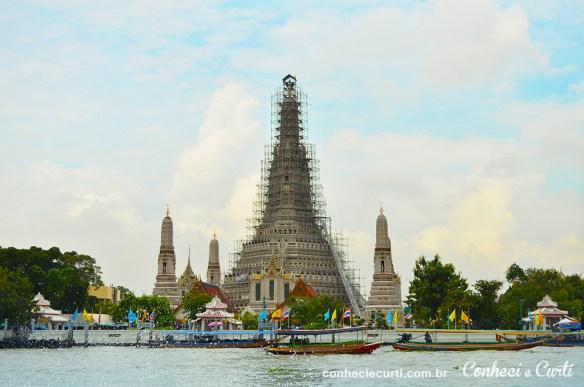 Congestionamento de barcos em frente ao templo Wat Arun.