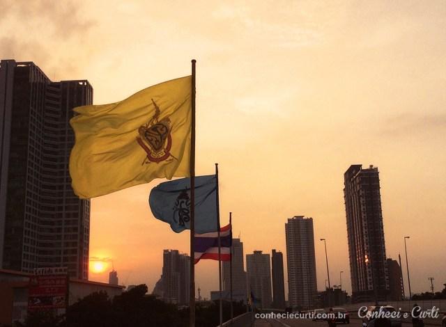 Pôr do sol em ponte de Bangkok.