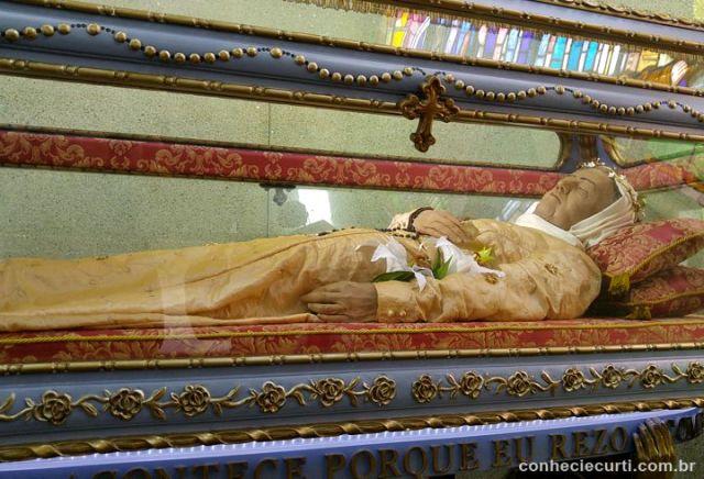 Urna com os restos mortais de Nhá Chica no interior do Santuário Nossa Senhora da Conceição, em Baependi, Minas Gerais