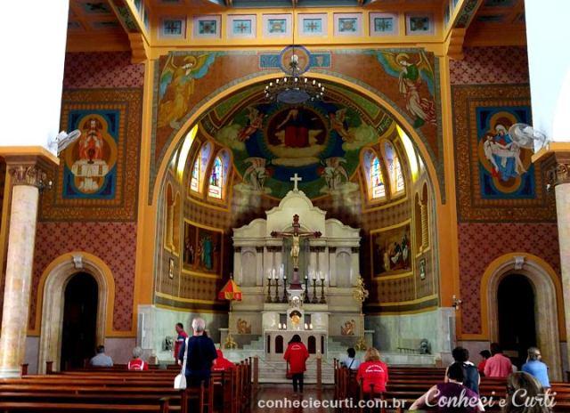 O interior da Igreja Matriz de São Lourenço, MG.