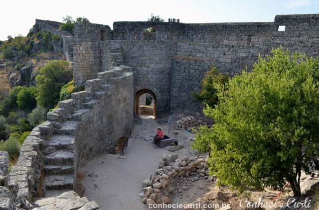O interior do Castelo de Sortelha e a muralha.