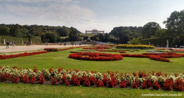 Os jardins do Palácio de Schönbrunn. Ao fundo o Gloriette.