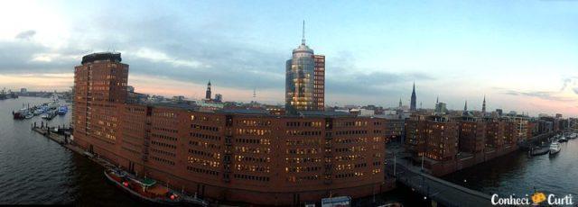 Cidade de Hamburgo vista do prédio da da filarmônica ao entardece