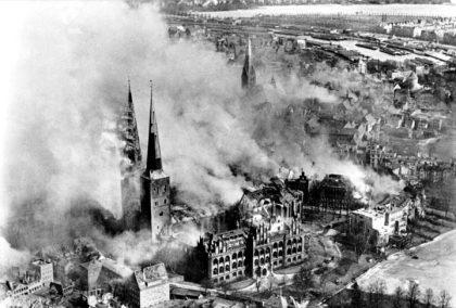 Destruição da Catedral de Lübeck em 1942. 2a guerra Mundial.