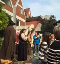 Os atores em peças fora da Bremer Geschichtenhaus.