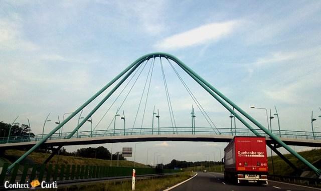 As estradas e os viadutos na Polônia.