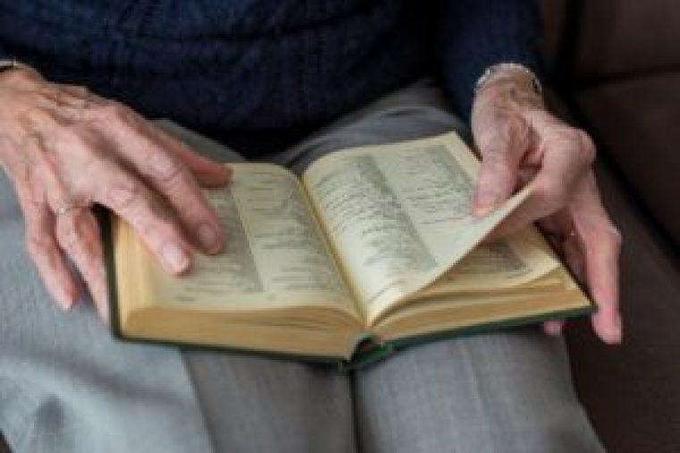 読書する老人