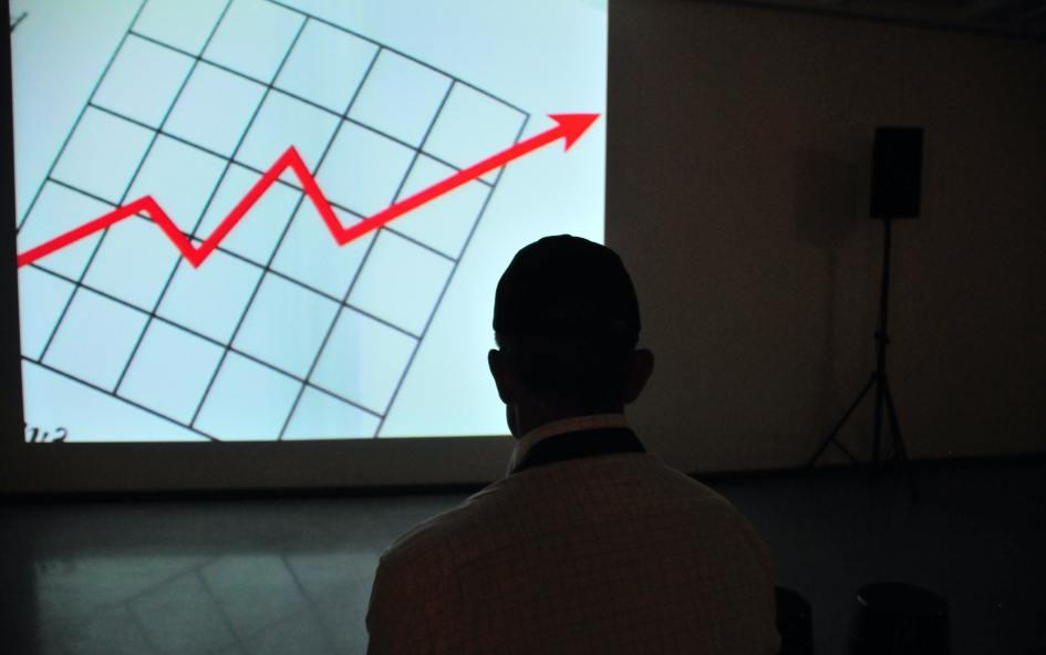 チャートを見る投資家