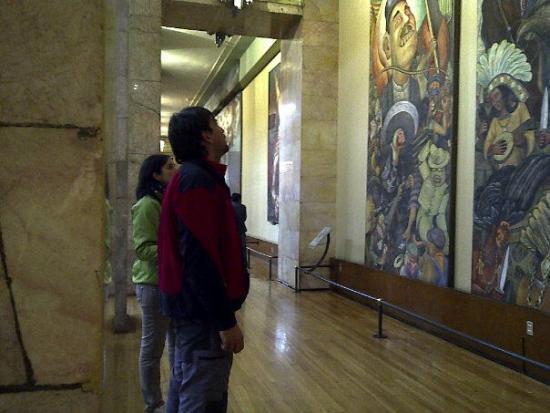 Viendo los cuadros expuestos en el interior del Palacio de Bellas Artes en México DF