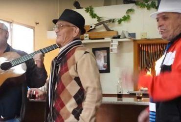 Amigos cantando en un Guachinche - Tenerife