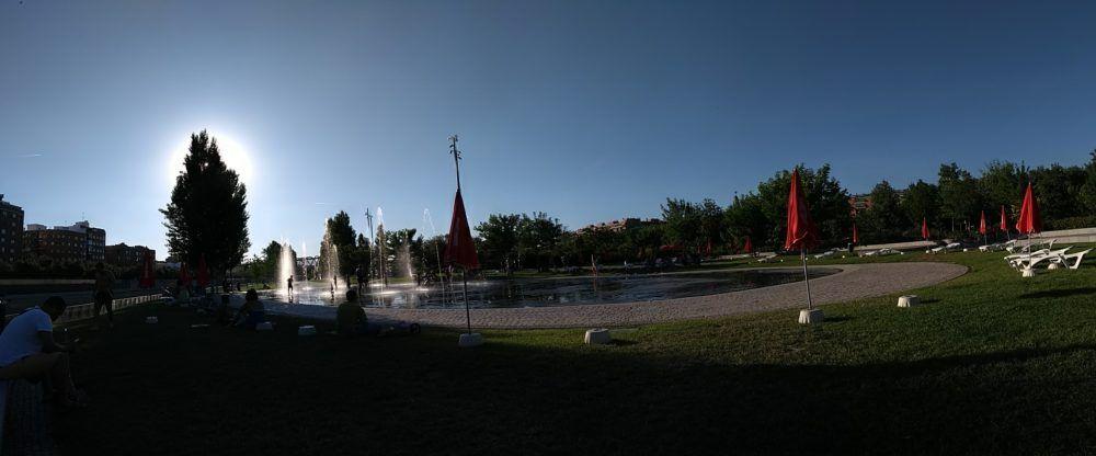 Panoramica de una de las fuentes de la Playa Urbana de Madrid Río