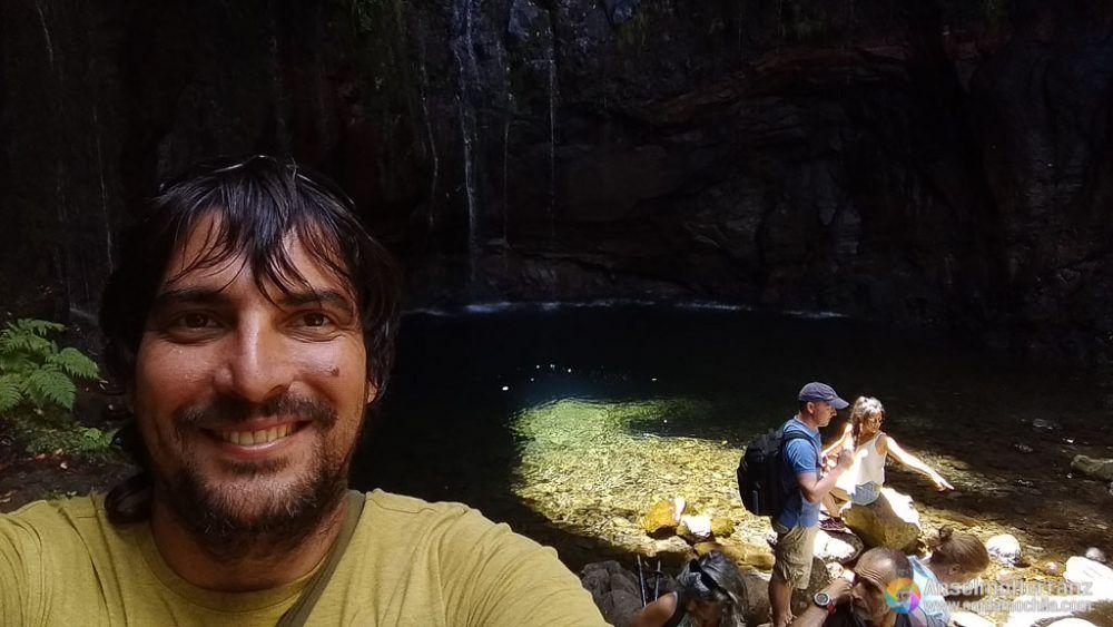 Posando Junto a la Cascada 25 Fontes - Madeira