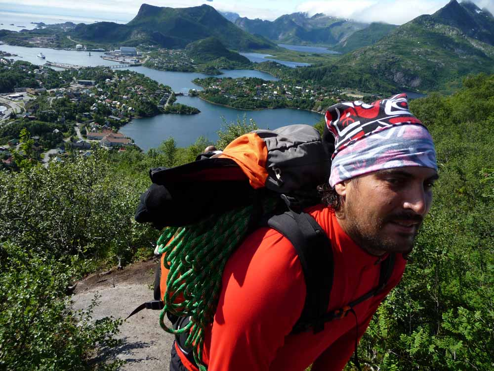 Subiendo hasta la base de Svolvaegeita - Noruega