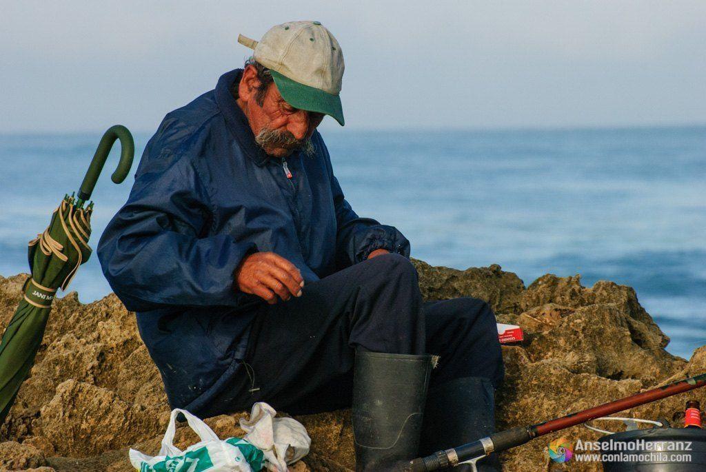 Preparando anzuelo, sedal y cebo. Portugal