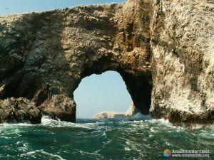 Arcos formados por la erosión en las Islas Ballestas - Ica - Perú