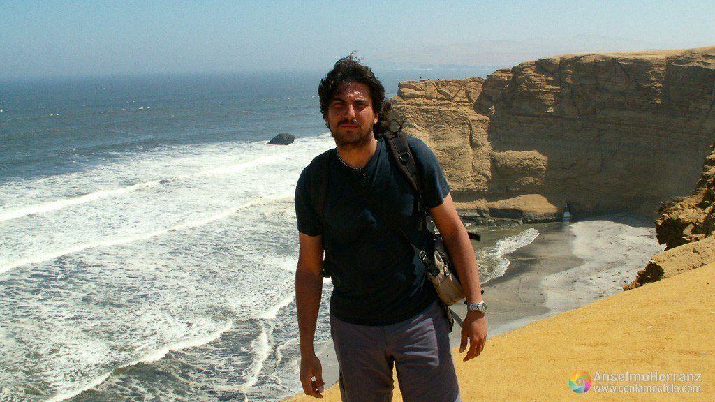 Posando junto a los acantilados de la reserva nacional de Paracas - Perú