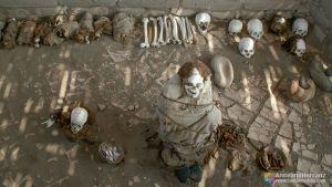 Tumba, momia y restos oseos en el cementerio de Chauchilla - Perú