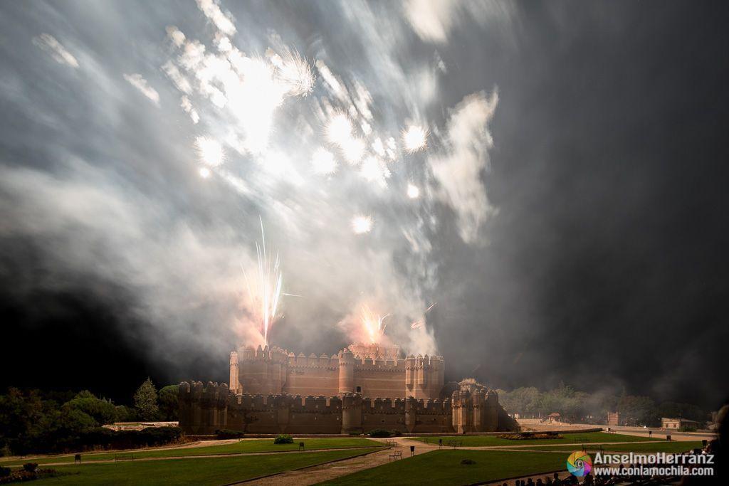 El castillo de Coca iluminado por las explosiones de los fuegos artificiales - Coca - Segovia