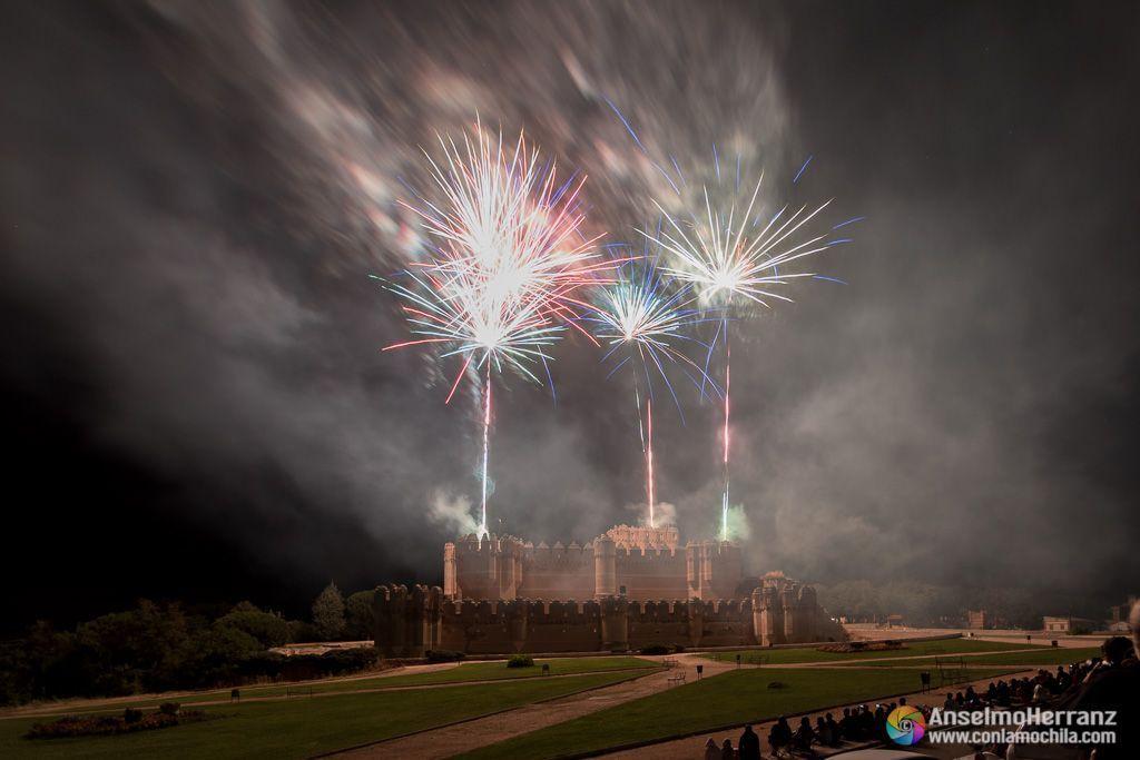 Palmeras del espectáculo pirtoténico iluminan el castillo de Coca - Segovia
