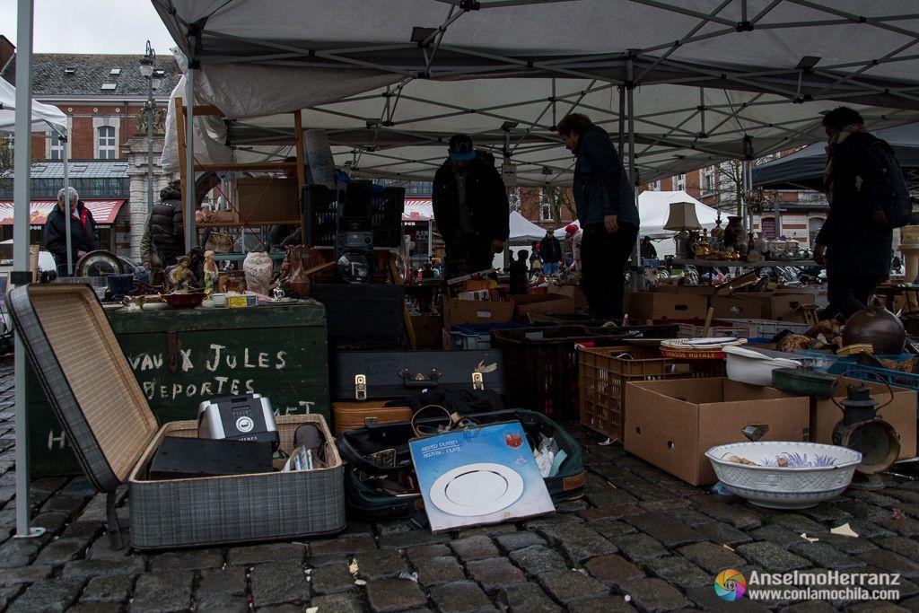 Objetos a la venta en uno de los puestos del mercado de las pulgas de Bruselas
