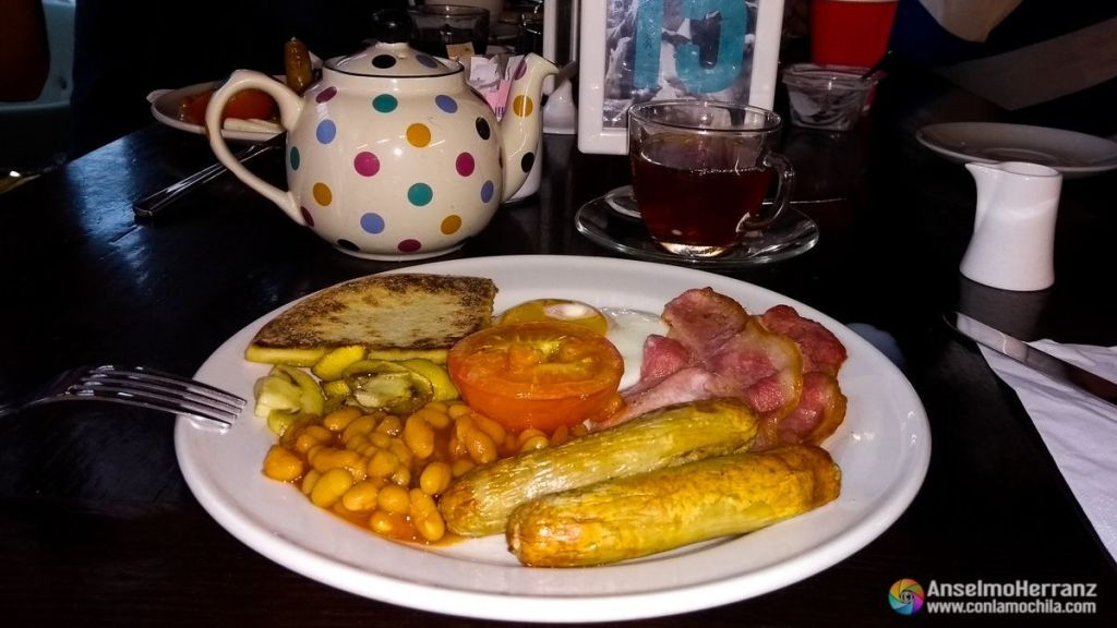 Desayuno Típico de Escocia - Huevos, bacon, beans, tomate, salchichas...