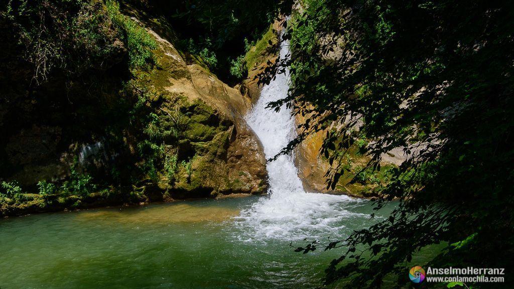 Pequeña cascada del río Urederra - Sierra de Urbasa - Navarra