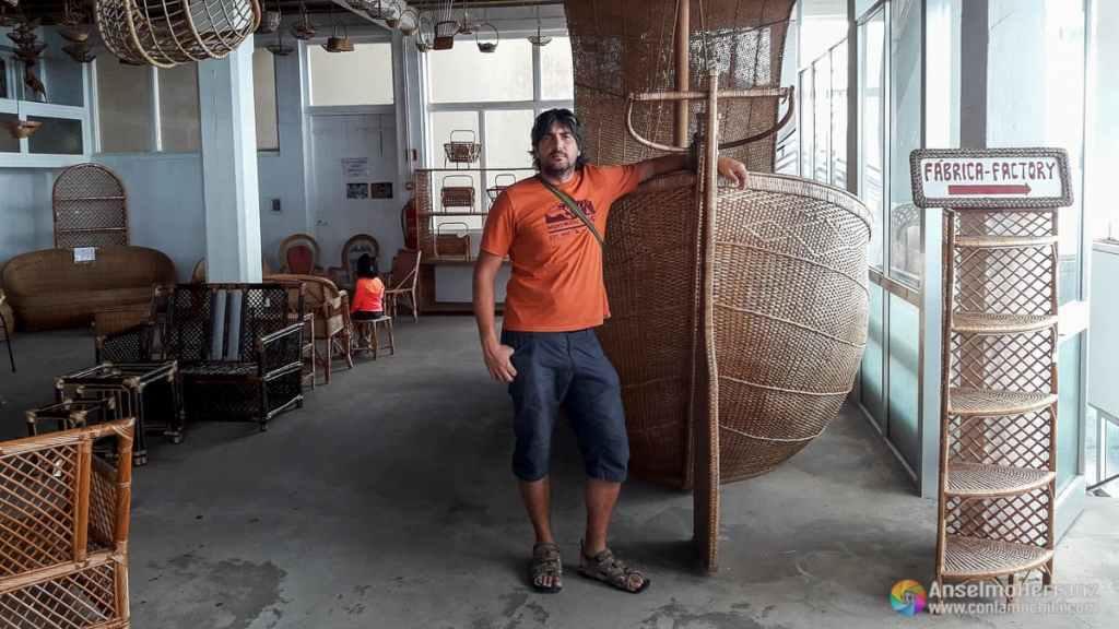Posando junto a la enorme Barca de Mimbre - Museo del Mimbre - Camacha - Madeira