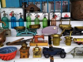 Varios trastos en Ecseri - Mercado de las pulgas de Budapest