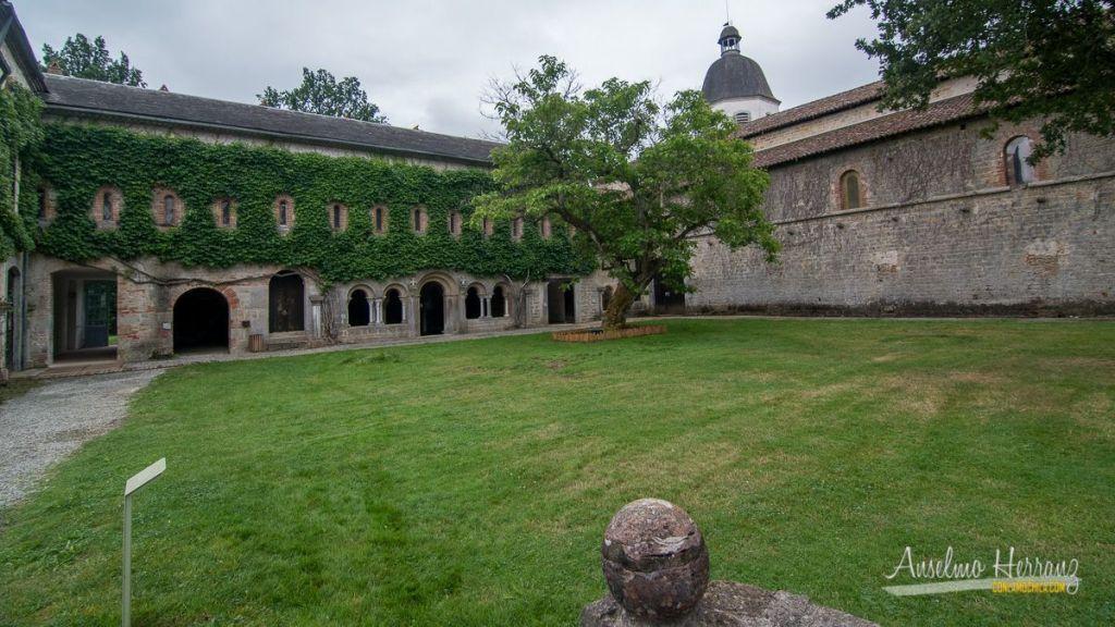 Jardín delantero de la abadía de Escaladieu que antaño era el claustro.
