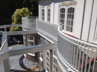 Balkonhek van strip, verzinkt en gepoedercoat