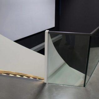 Glazen balustrade met stalen bovenregel