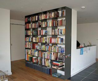 Stalen boekenkast die tevens als dragend element voor plafond werkt