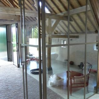 Pui op maat gemaakt in houten balkenconstructie