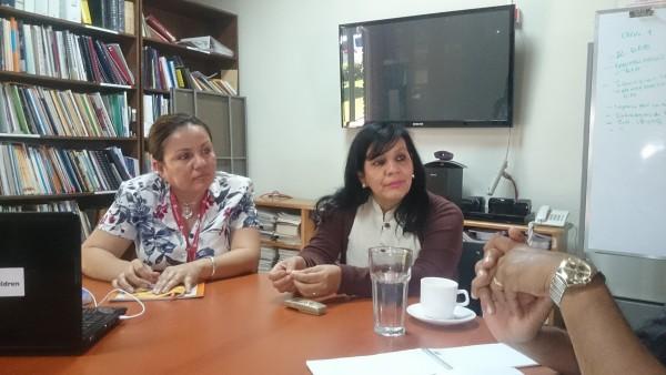 A la izquierda, Rosy Quintanilla, gerente de proyectos de Save the Childre y Ludin Chávez, directora de Save the Children. Foto: Jaime Armando López.