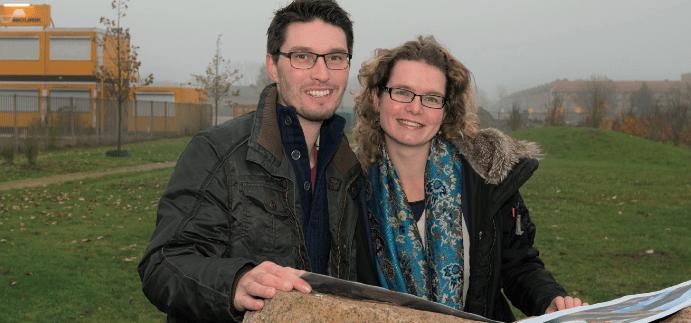 Jetske en Anthony bij de bouwlocatie (foto Margôt Brakel)