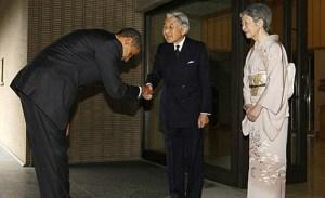 Obama haciendo una reverencia mientras estrecha la mano del Emperador de Japón