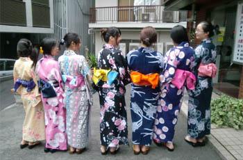 mujeres jóvenes con yukata