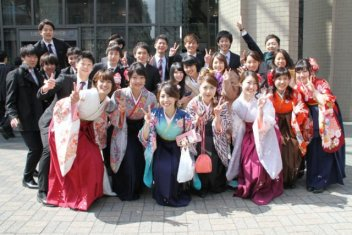 graduandos vistiendo hakama