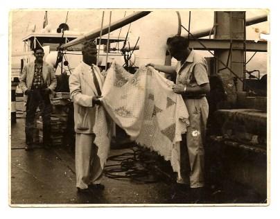 """Barco Nevada. Mariano """"Camaras"""" y el primer oficial del barco danés. Al fondo Pepe Santana. 1953."""