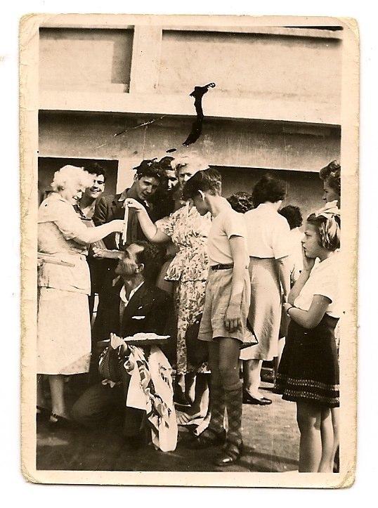Señorita A de Ruiter Fecha 3 de febrero de 1952, Al fondo a la derecha Pedro y Pepe Santana y agachado un tío de Mary Sánchez Agustín Sánchez, vendiendo collares.