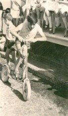 1969 Carrera de patinetas en la calle Alcorac, con motivo de las fiestas del Carmen y organizada por el Colegio Conchita.