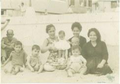 En la playa 1960, foto de José Halteh