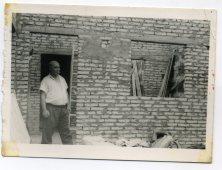 Años 60 construcción de vivienda en Calle Benecharo... la casa la hiceron con la ayuda de los vecinos, los fines de semana se reunian y entre todos se construía la casa, vemos a Vicente Vega, capataz del muelle. Foto de Delia Vega