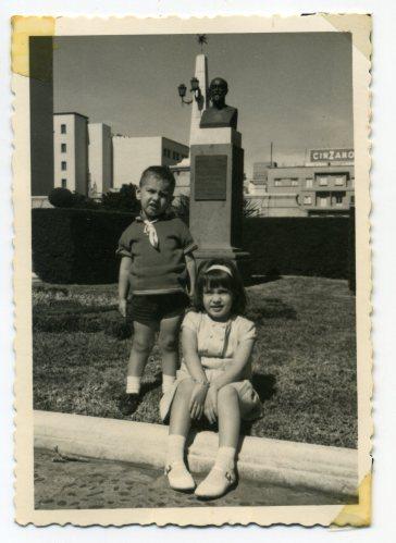 Años 60, de paseo por el barrio de La Isleta. Foto de Delia Vega y su hermano Francisco
